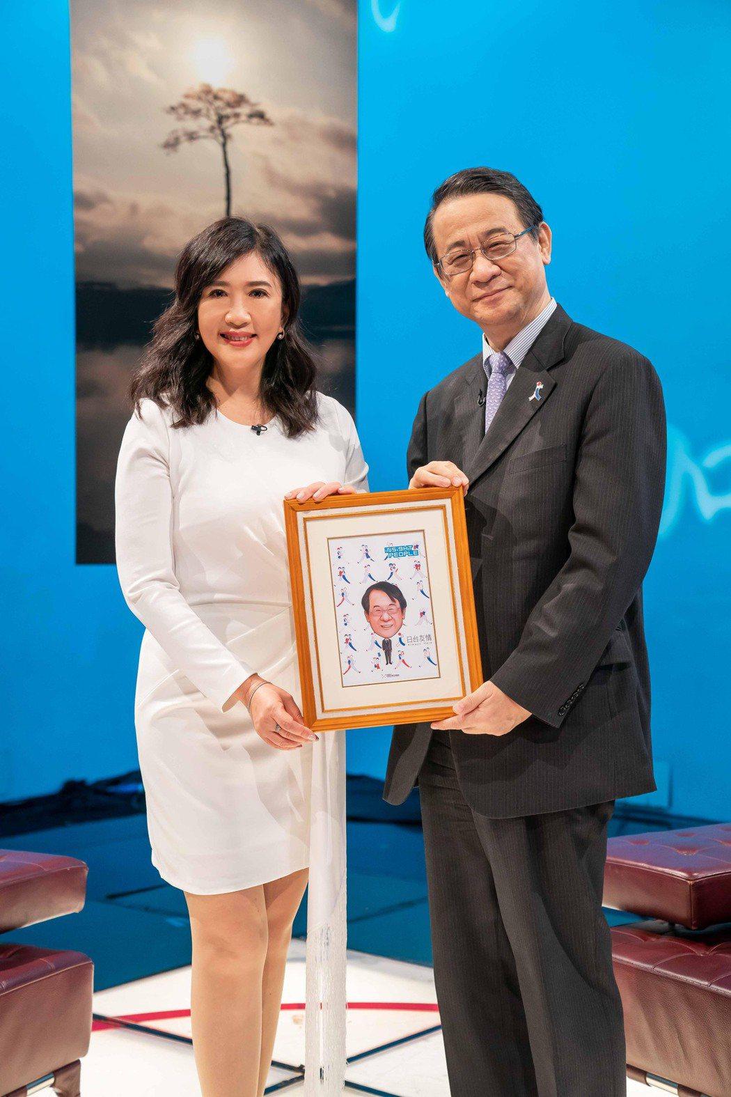 「TVBS看板人物」主持人方念華(左)專訪日本台灣交流協會代表泉裕泰。圖/TVB