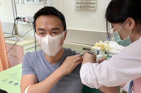 演出本土劇「世間情」的演員吳鈴山,今天帶著老婆黃崇蘭赴內湖三總施打防疫疫苗第一劑,他說已經有10名親友加入。甚至最後還拿到一萬多元的酬勞,是意外的收獲。也是演藝圈內第一對打疫苗的夫妻檔。吳鈴山農曆年...