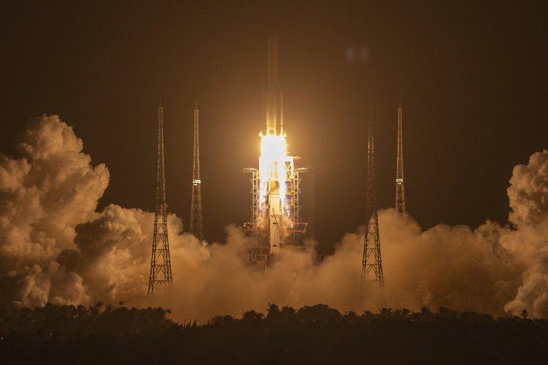 中俄兩國9日簽署諒解備忘錄,將聯手建造月球科研站。圖為嫦娥五號飛船2020年11月在海南省文昌航天發射場升空。美聯社