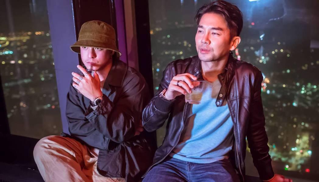 黃遠(左起)、謝承均為電影去信義區夜店踩點。圖/禾力文創提供