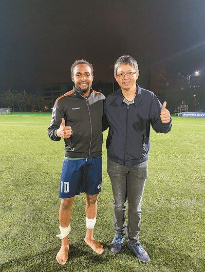 林瑞峰(右)熱愛運動,與職業足球員成為忘年之交。圖/林瑞峰提供