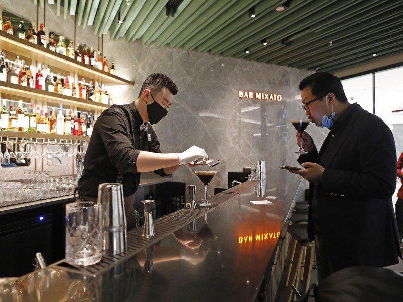 星巴克「酒坊」去年在上海浦東開業,市民可品嚐混有酒的咖啡。中新社