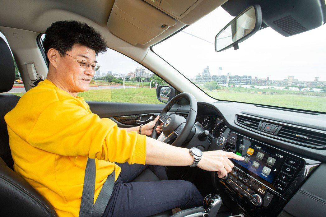 王中皇喜歡在拍戲空檔坐進車裡享受個人時光。 記者陳立凱/攝影