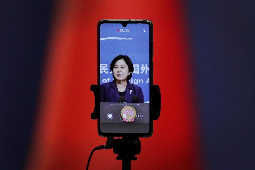 發言人華春瑩回答記者提問時反問了句「為什麼中國人就不可以使用推特和臉書呢?」 圖/美聯社