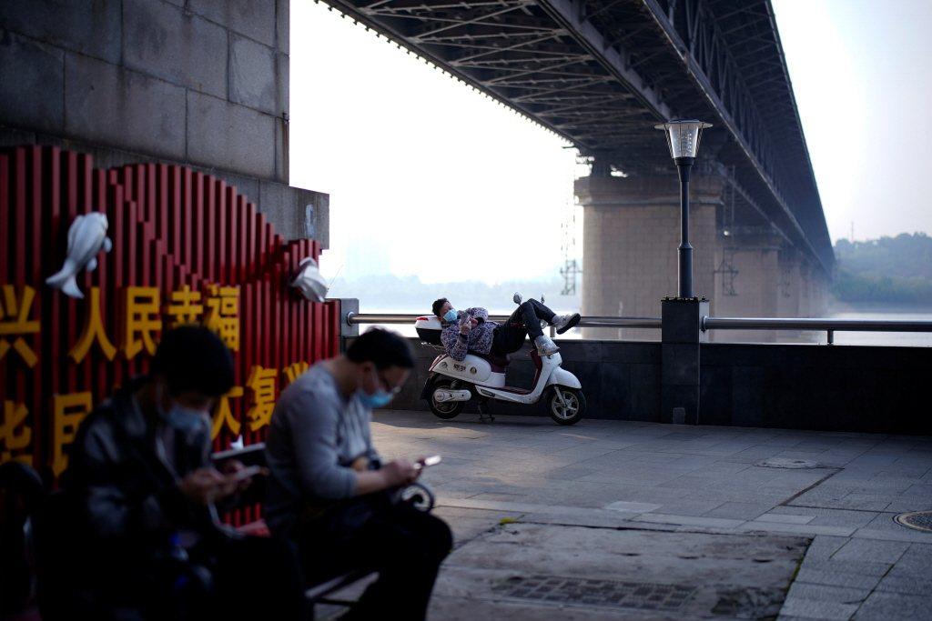 部分中國網民在微信留言追問「是啊!問誰呢?」示意圖。 圖/路透社
