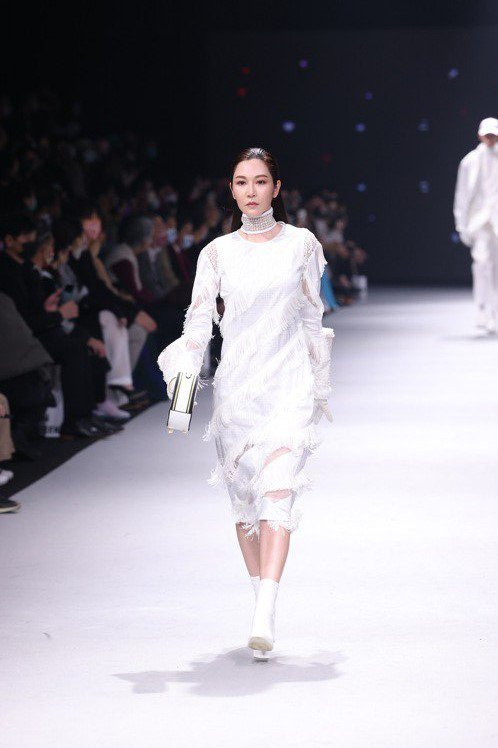 曾莞婷走秀身穿JUST IN XX奧運系列白色洋裝。記者王聰賢/攝影