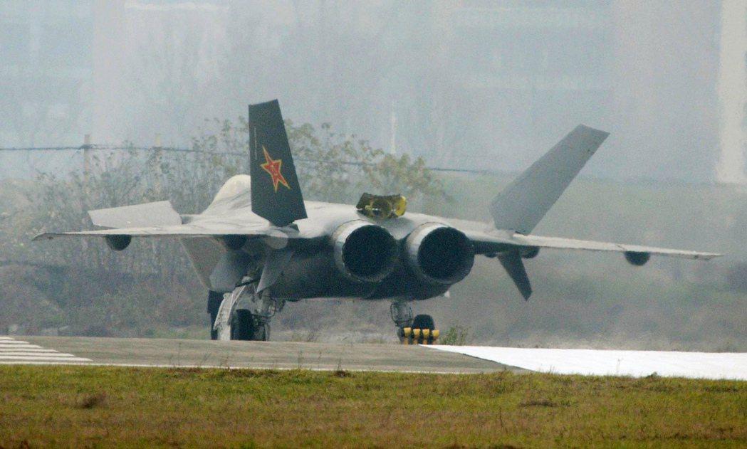 圖為中國的j-20戰機。 圖/中新社