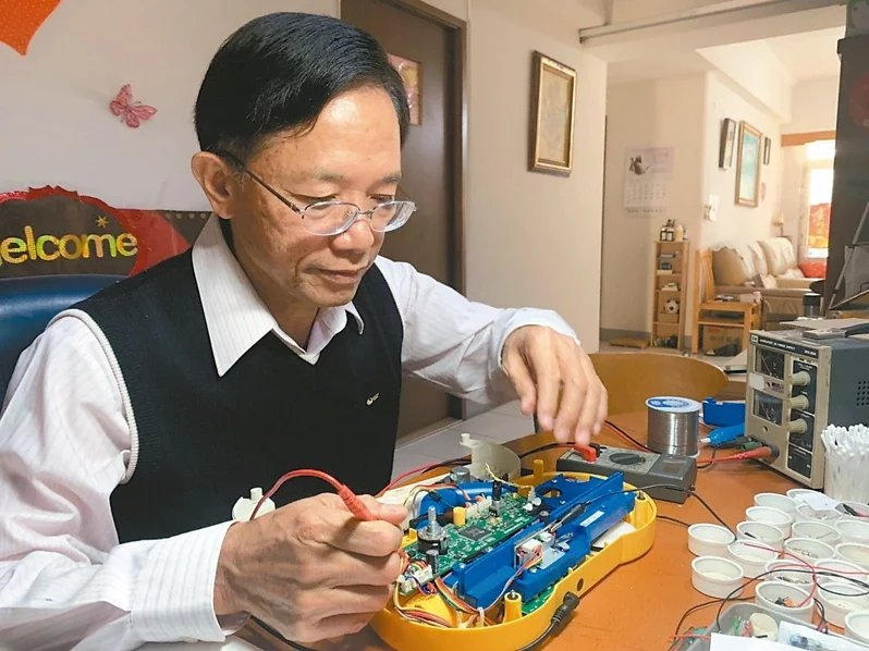 「蘇爸玩具醫院」院長蘇顯榮巧手延長玩具的生命周期,也與環保局與社企推動環保教育。...