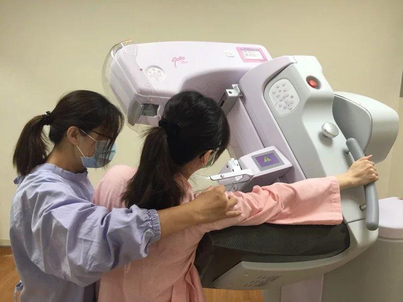 南投醫院引進新乳房X光攝影檢查,降低疼痛感也讓檢測更為精準。  圖/南投醫院提...