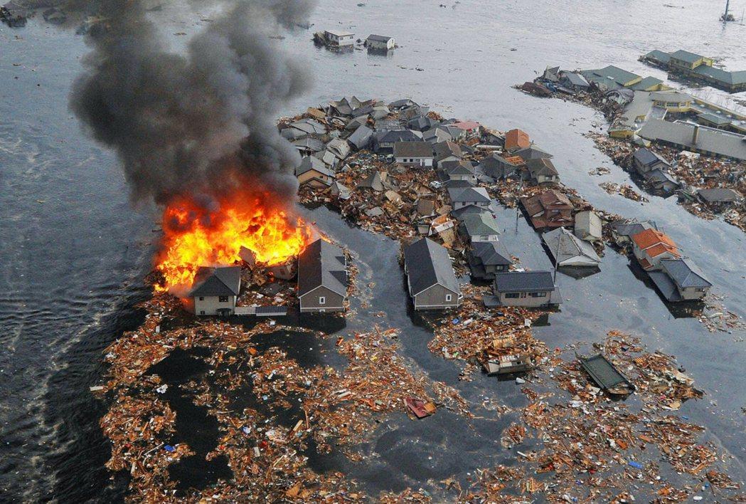 圖為311震災當天的宮城縣名取市。日本的311震災轉眼過了十年,這場浩劫留下深刻...