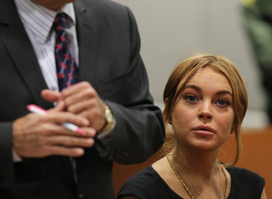 2013年再次因為酒駕而在洛杉磯法院出庭的琳賽蘿涵。 圖/美聯社
