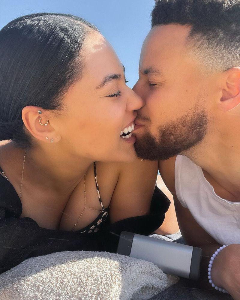 柯瑞(右)與妻子相吻。 擷圖自柯瑞妻子IG