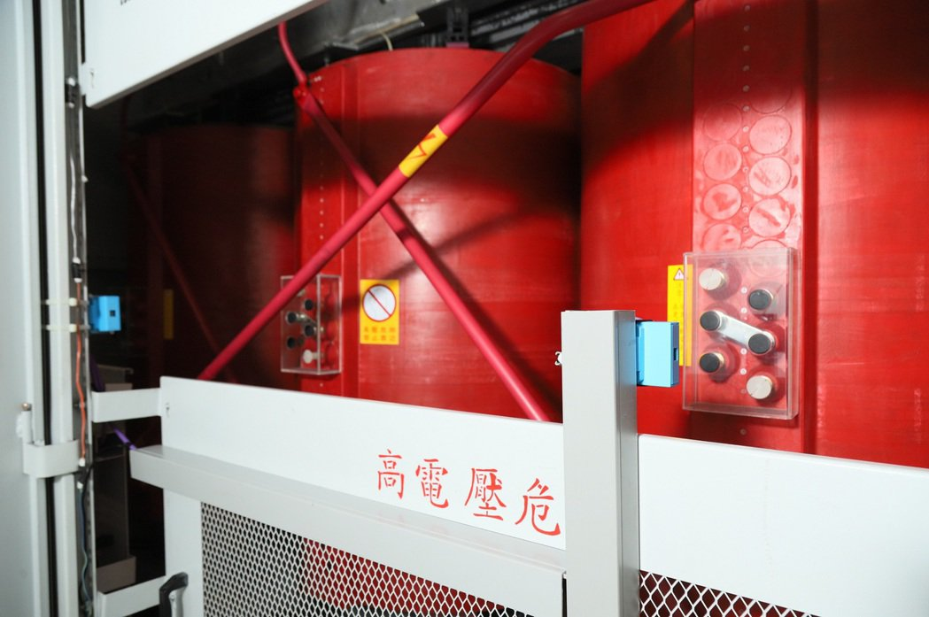 透過裝設無線熱影像模組(圖中藍色機盒),可多點監控溫度並加速傳輸速度達一・四倍。...