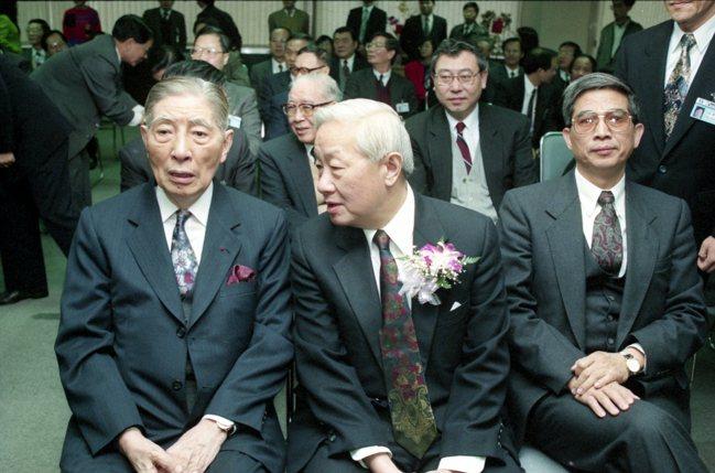 圖為李國鼎(左起)、張忠謀昔日檔案照。張忠謀曾說,他最感謝的人是李國鼎,他看得很...