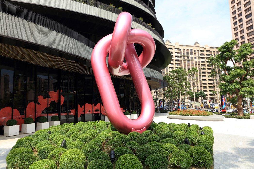 「麗晶花園廣場」位藝文特區核心地段,造景裝置成為地標。 業者/提供