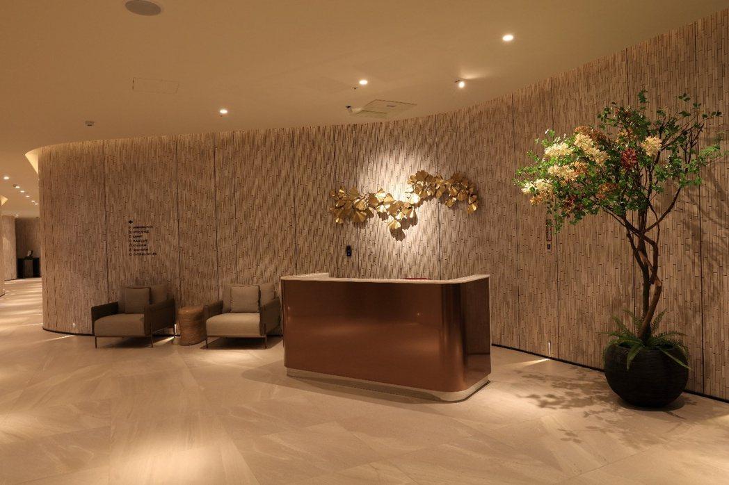 「麗晶花園廣場」高質感的飯店式奢華空間,迎賓櫃台典雅氣派。 業者/提供