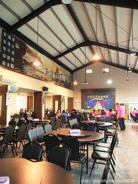 空間寬敞挑高,放置傳統的大圓桌,一張圓桌約可坐10個人,另有規劃包廂區,要辦婚宴還是多人聚餐都很合適。