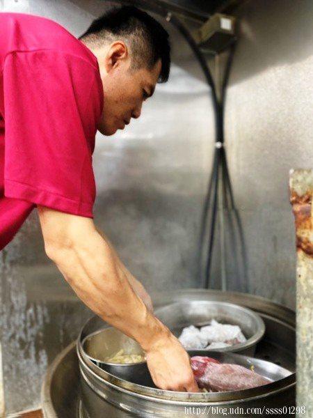「大頭山海產琉球店」對於食材用料很嚴謹,處理過程也費心費力,每位廚師們的烹飪經驗老道。