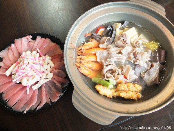 酸白菜鮮魚涮涮鍋超大氣登場!鍋內放了蝦子、肉片、冬粉及各種火鍋料,再搭配一整盤的生魚切片,料多滿意!
