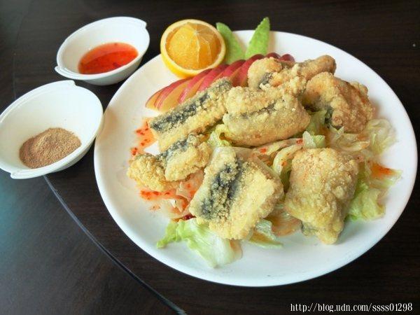 南洋風味魚片是以自家調製的酸甜泰式醬搭配酥炸過的鶴鱵魚,再配水果一起吃則更加清爽,另外特製的胡椒鹽也別忘了沾來吃看看。