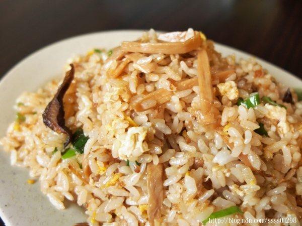 招牌筍香炒飯是使用南投竹山來的筍子,需先煮上3小時去除苦水,再炒入香菇、蛋、蔥花等配料炒香。