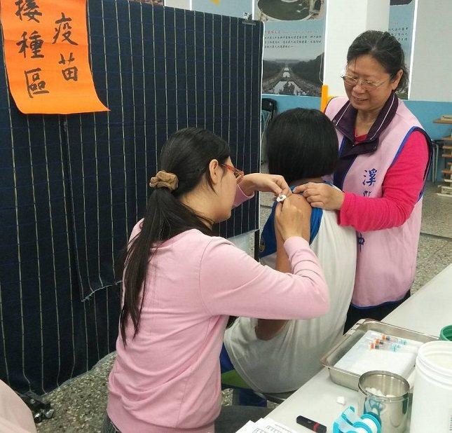 為防治子宮頸癌,彰化縣從2017年起,針對國一女生接種子宮頸疫苗迄今第5年。今年則從3月22日起,安排醫療團隊前往49所國中,免費為國一女生接種2價公費子宮頸疫苗。照片/彰化縣政府提供