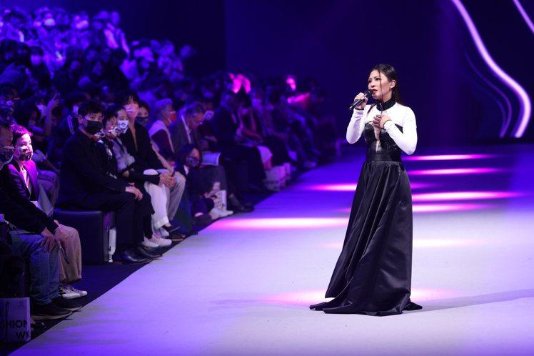 艾怡良在永續時尚發表大秀中場演唱時,身穿NIKI YEH葉佳靜洋裝。記者王聰賢/...