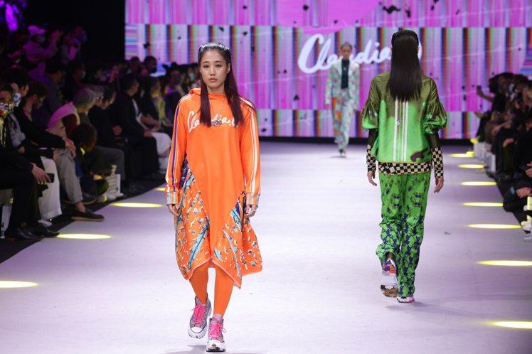 擁有百萬粉絲的網紅「韓國ㄟ金針菇」走秀時穿上Claudia Wang的亮橘色連帽...
