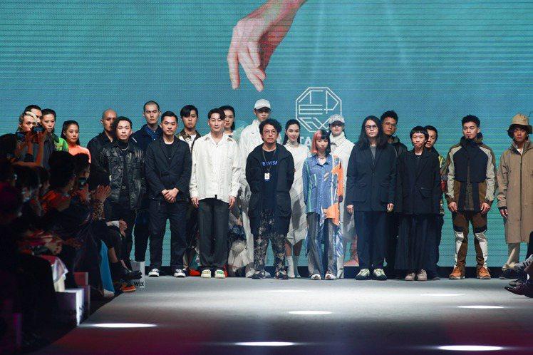 (前排左起)台北時裝周「永續時尚」開展的品牌設計師JUST IN XX、DYCT...