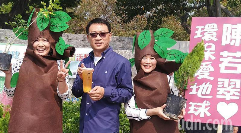 高雄市議員陳若翠(左)與立委吳怡玎辦公室主任蔡淑雅(右)聯合推廣保育環境理念,舉辦手植希望護地球贈苗活動,500顆樹苗不到半小時被索取一空。記者劉學聖/攝影