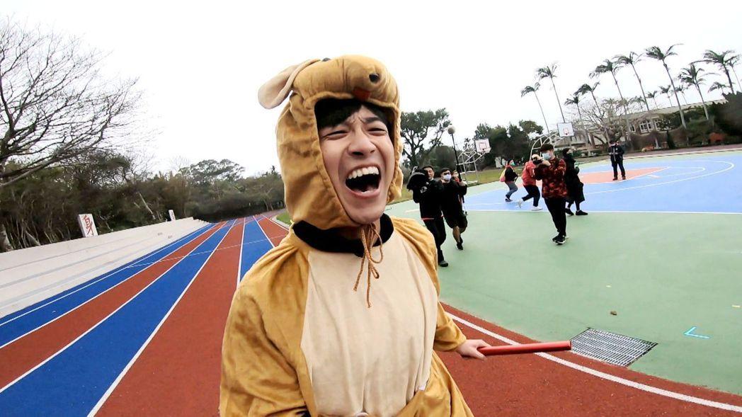 江宏傑配合節目穿上玩偶裝和健康步道鞋,痛到崩潰大叫。圖/三立提供