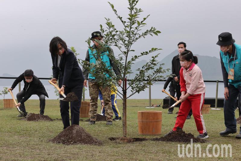 蔡英文總統(左)今天到基隆八斗子的潮境公園出席植樹節活動,與在地居民、八斗國小師生們一同種下台灣原生樹種森氏紅淡比。記者許正宏/攝影