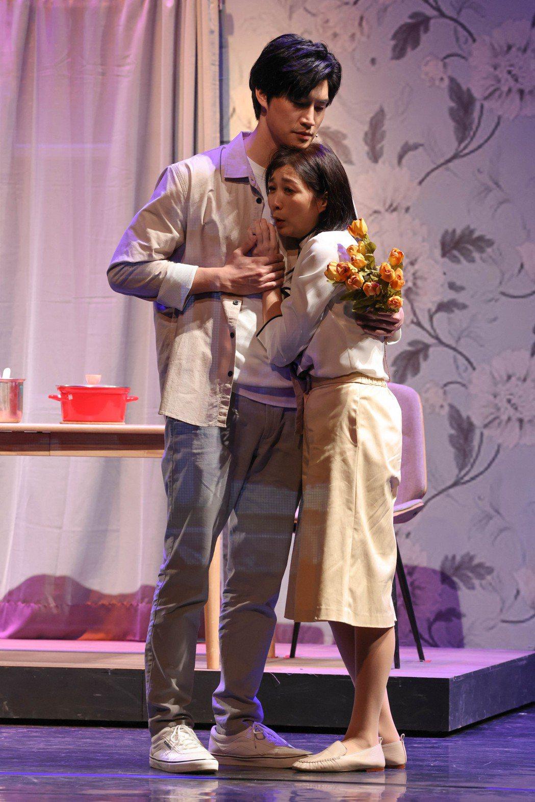 黃嘉千(右)、羅宏正演出舞台劇「暫時停止青春」。記者沈昱嘉/攝影
