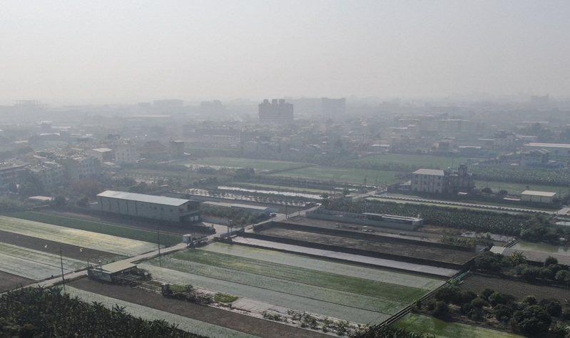 入冬以來,高雄市的空氣品質惡化,圖為高雄市環保局出動空拍機拍攝的空汙情形。圖/高雄市環保局提供