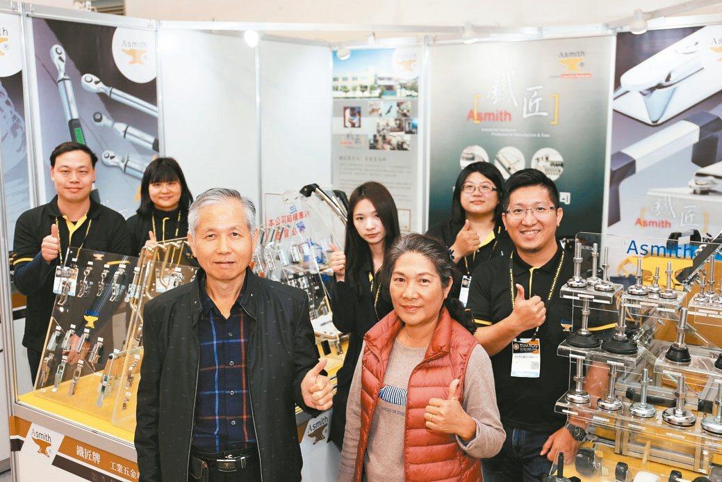 金石門總經理江錦華(前左)夫婦與夥伴在展場合影。黃奇鐘/攝影