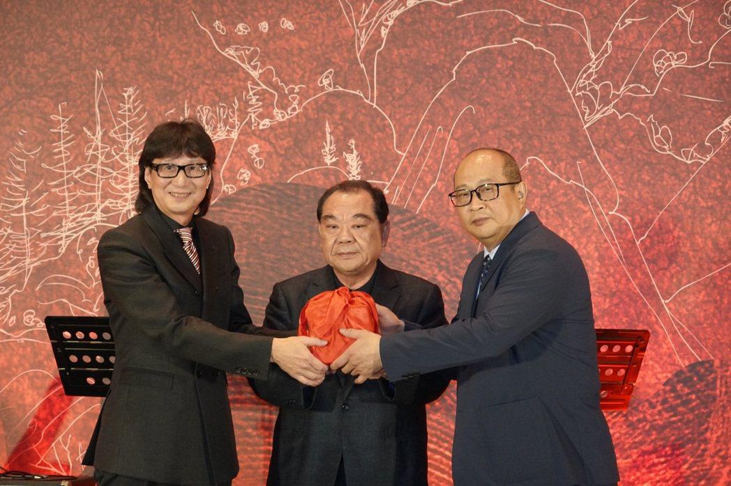 新任第五屆全國代銷公會理事長謝坤成(右)表示,行政院日前通過房地合一2.0草案,...