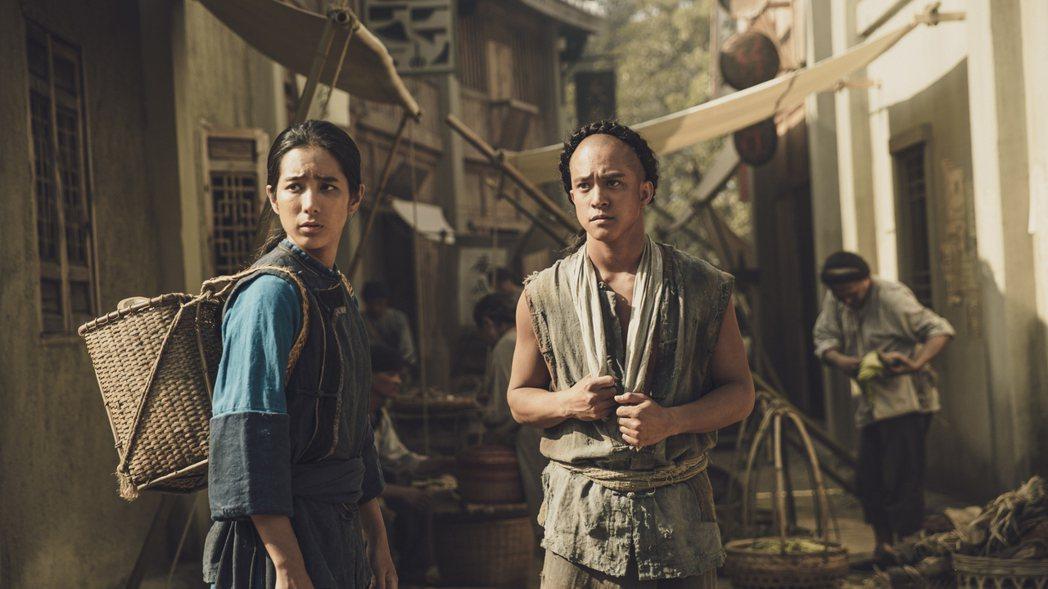 温貞菱(左)、黃遠在「斯卡羅」中演姐弟,劇中擁有客家與原住民的混血血統,在身分認...