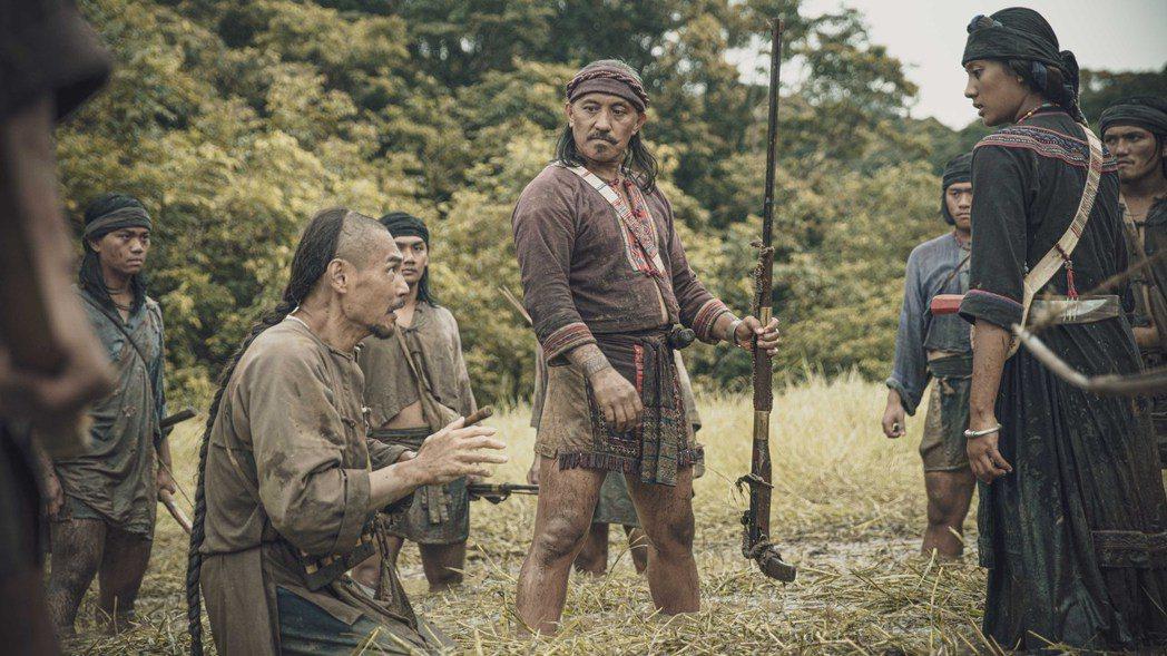 「斯卡羅」雷斌・金碌兒(中)飾演斯卡羅二股頭「伊沙」,左二為「保力客庄頭人」夏靖...