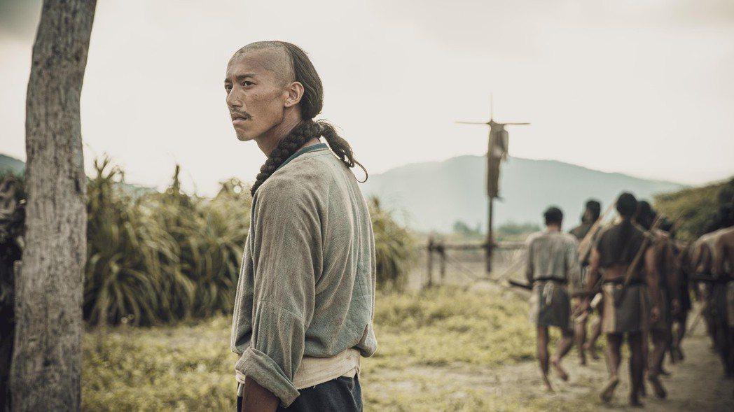 吳慷仁在「斯卡羅」中,飾演剛社寮頭人「水仔」,面對夾縫中求生存的艱難處境,眼神佈