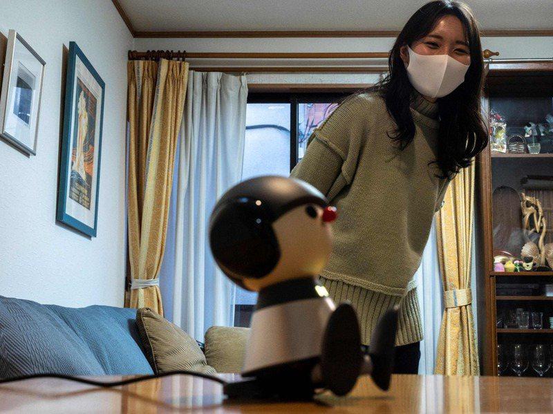 浜浦娜美參加了山葉公司的機器人Charlie上市前測試,緩解在家工作的孤獨感。 法新社