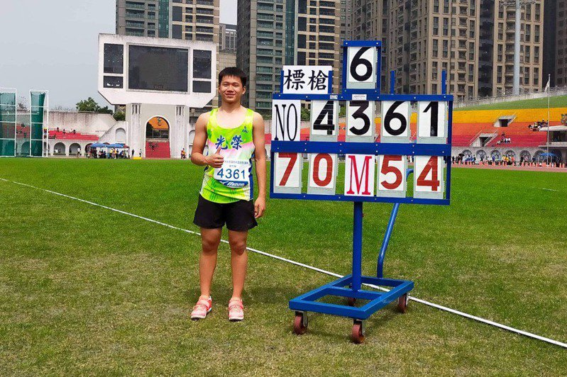 新北市光榮國中標槍好手黃潮鴻擲出70公尺54,再次改寫國男史上最佳成績。圖/劉富福教練提供