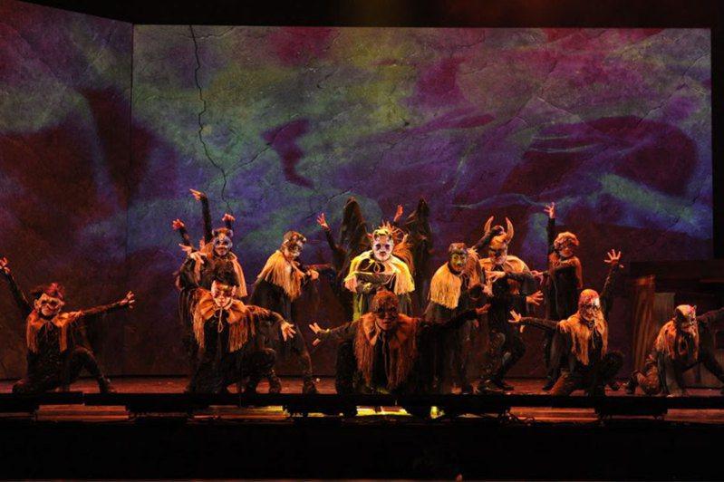 國立臺灣交響樂團與故事工廠共同推出「《妖怪臺灣》原創魔幻音樂劇」,昨起三天在臺北的臺灣戲曲中心大表演廳加演。《妖怪臺灣》的歌舞華麗、場面盛大。圖/故事工廠提供
