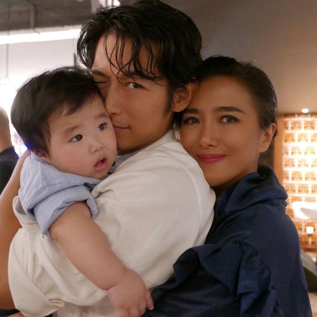 藤岡靛12日發文曝光對311生日的兒子的「父子情話」,還曬出過往照片,印尼籍美妻