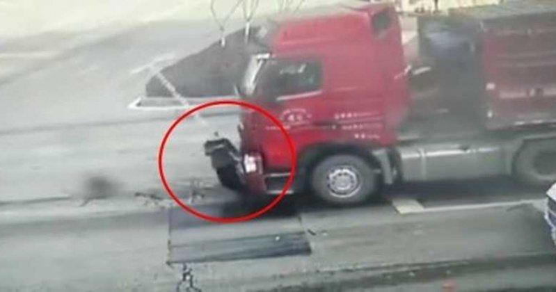 中國重慶的一名老翁過馬路時,竟連續遭三台車輾過,過程中都沒有駕駛發現道路上的老翁,還直接把人當「人肉地毯」接力輾過。 圖截自YouTube/骑乐无穷-Charles