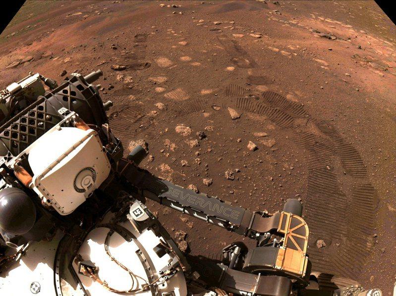 火星探測器「毅力號」成功在火星上進行首次試駕。(NASA)