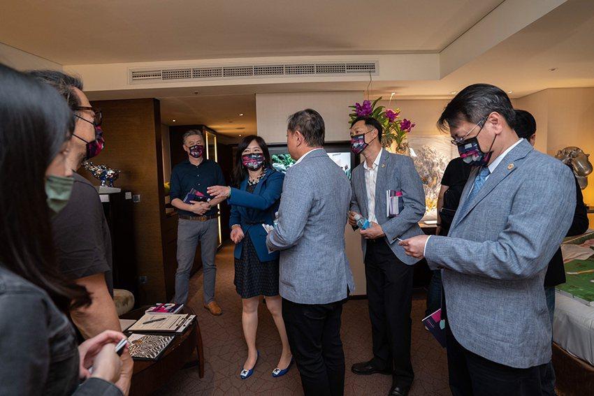 畫廊協會秘書長游文玫帶領貴賓參觀台南藝博展間。 畫廊協會/提供