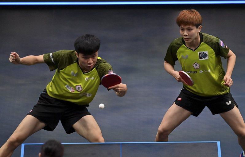 決勝第5局,混雙世界排名第1的台灣組合林昀儒與鄭怡靜霸氣關門,兩人一口氣連拿11分送對手斯洛伐克組合一顆鴨蛋,成功闖進WTT球星挑戰賽卡達站混雙決賽。  新華社