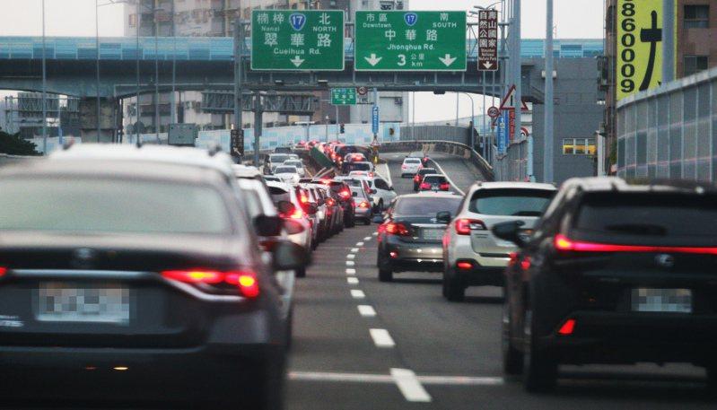 高公局表示,買賣車輛的車主,若車上已經有eTag電子標籤,只要一通電話即可啟用電子收費服務,舊車主也可用電話申辦終止及退費。圖為示意圖。本報資料照片