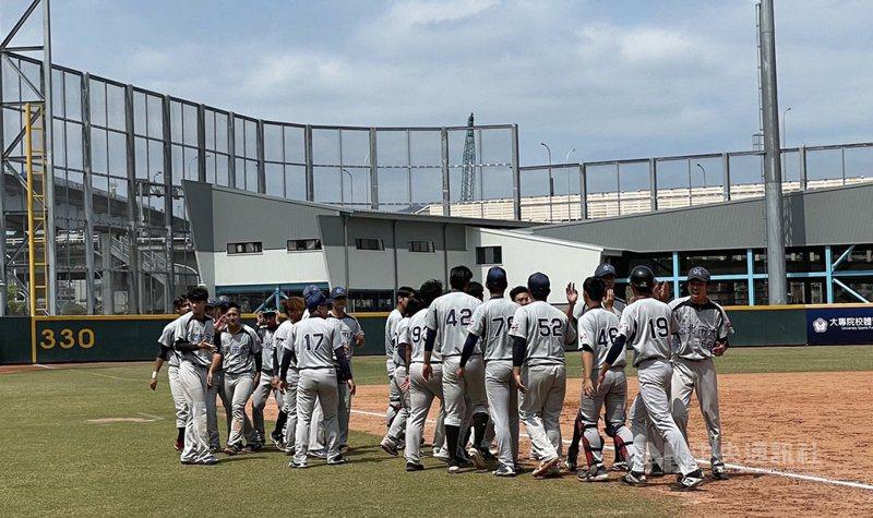 109學年度大專棒球聯賽(公開一級)4強決賽13日在三重棒球場舉行,台北市大與台灣體大交手,北市大以3比2拿勝、暌違19年再闖冠軍戰。賽後北市大球員擊掌慶祝。 中央社