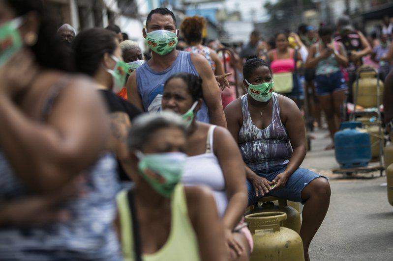 巴西確診人數持續增加,躍升至全球第二。美聯社
